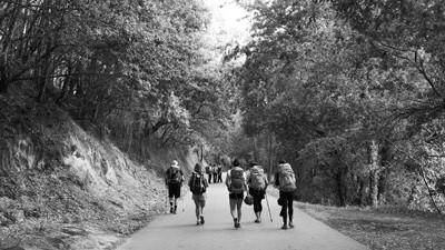 gruppo di persone che camminano con lo zaino