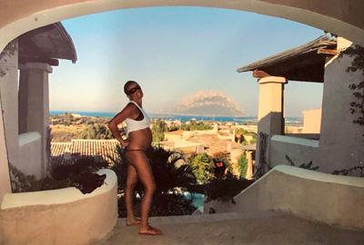 donna incinta con paesaggio