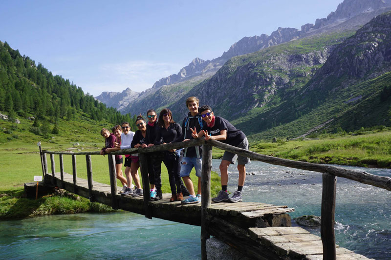gruppo di persone sul ponte di un torrente