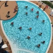 piscina con persone