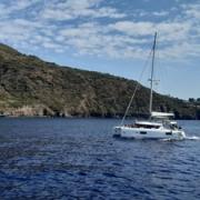 catamarano in mezzo al mare