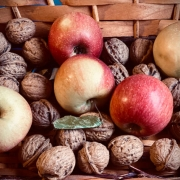cestino di mele e noci di stagione