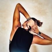 donna con mani dietro alla nuca che fa ginnastica posturale