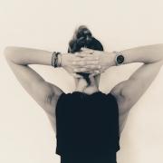esercizi per le scapole ragazza con mani dietro alla testa e gomiti aperti